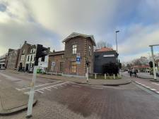 Dit is waarom de brugwachterswoning aan de Deventerstraat in Apeldoorn planken voor de ramen heeft