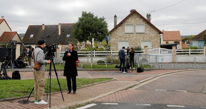 Des journalistes devant la maison de Guy Joao, à Limay, le 12 octobre 2019.