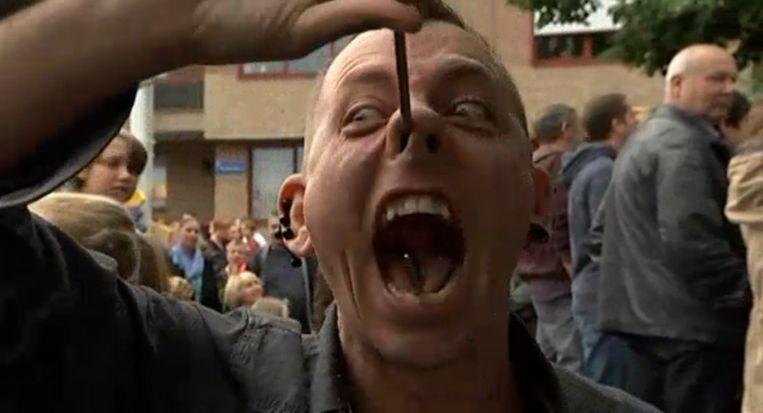 Deze gekke man kreeg nieuwsanker Goedele Wachters aan het lachen.