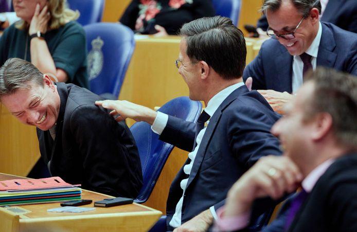 Halbe Zijlstra (L) en Mark Rutte tijdens een Tweede Kamerdebat.