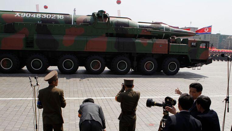 Een raket wordt rondgereden door Pyongyang tijdens festiviteiten rondom de viering van de stichter van de Noord-Koreaanse staat, Kim Il Sung. Beeld AP