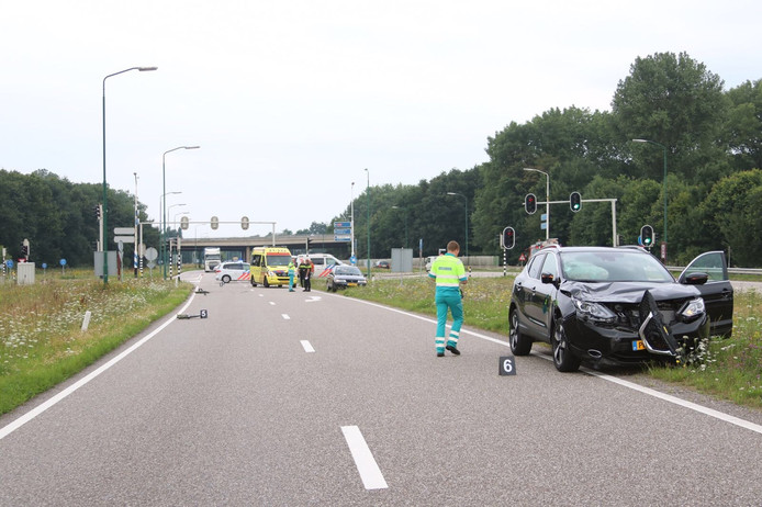 Een fietser werd geschept door een auto in Ravenstein.
