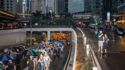 Betogers vormen mensenketting in Hongkong