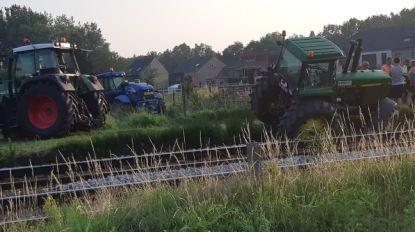 Tractor glijdt met banden van graskant en belandt deels op sporen: treinverkeer tijdlang stilgelegd