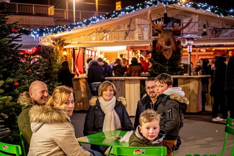 De kerstmarkt op het Stationsplein.