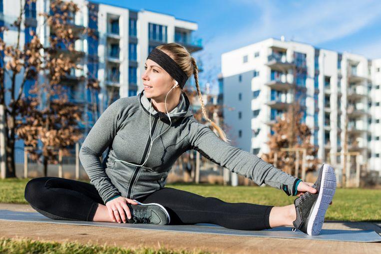 Met deze statische stretchoefening rek je langzaam je beenspieren op.