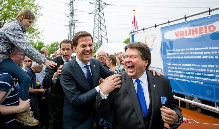Commissaris van de koning Jacques Tichelaar (rechts) met premier Mark Rutte tijdens de de nationale viering van Bevrijdingsdag in Assen. Beeld anp