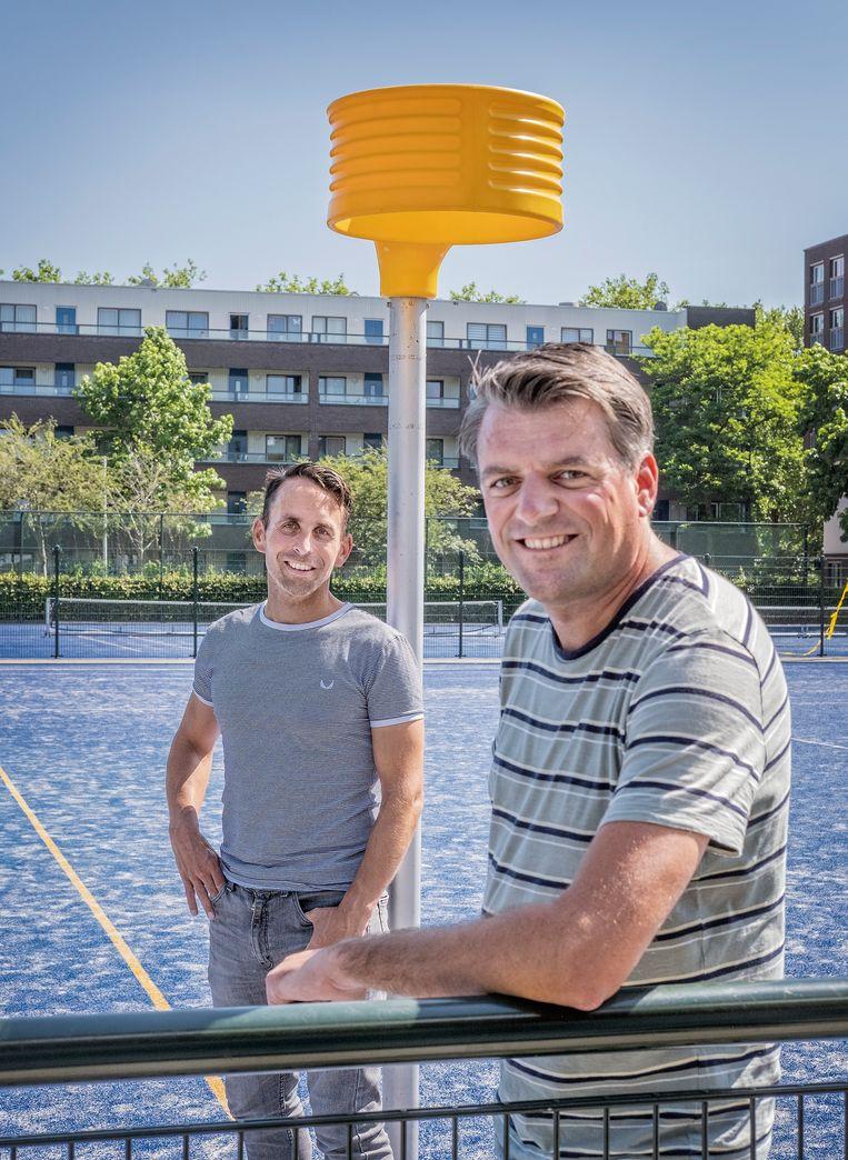 Sportjournalist Thijs Smeenk (rechts) en oud-korfbalinternational Casper Boom geven workshops bij verenigingen en middelbare scholen om de acceptatie van homoseksualiteit in de sport te bevorderen.  Beeld Patrick Post