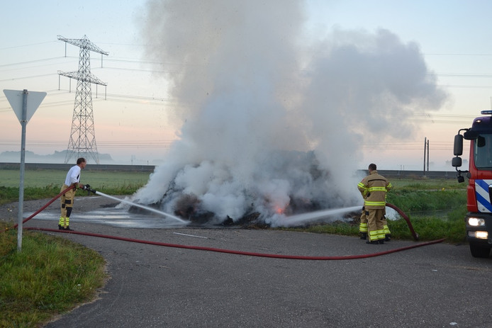 Stapel hooi in brand in Angeren.