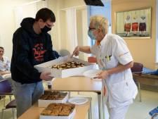 Rina en honderden collega's in ziekenhuis Zutphen krijgen een 'zorggebakje' van Warnsvelders