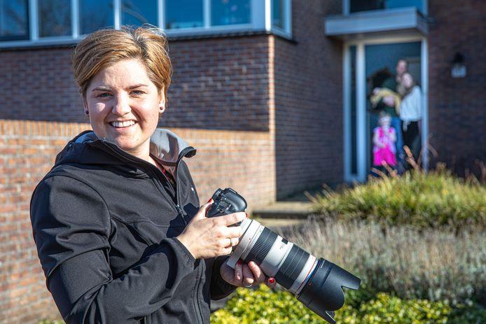 Hanneke Bloem fotografeert gezinnen in coronatijd, op veilige afstand.