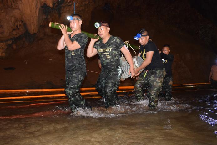 Thaise Navy Seal-duikers tijdens de voorbereiding op de evacuatie van de 12 jongens en hun coach.
