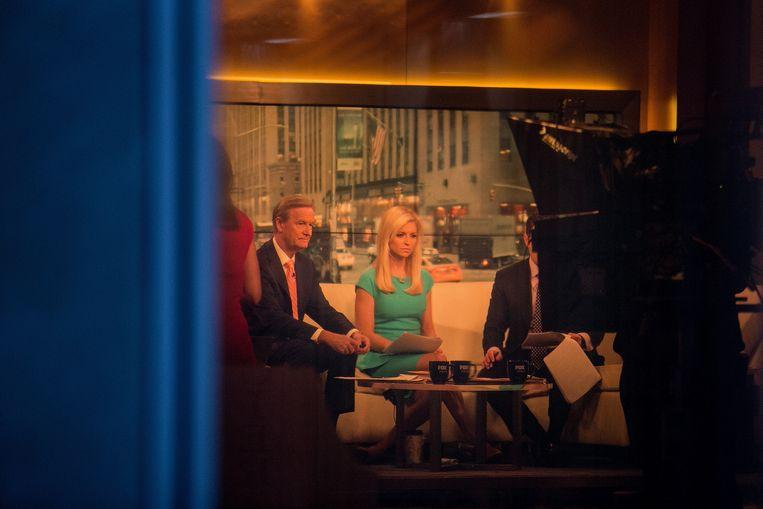 Steve Doocy (links) en Ainsley Earhardt presenteren samen met Brian Kilmeade het ochtendprogramma 'Fox and Friends' vanuit New York. Beeld Hollandse Hoogte / The New York Times Syndication