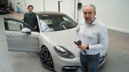 """Autodealer verkoopt zelfs vanuit zijn kot nog Porsches: """"Wij filmen, de klant geeft instructies wat hij wil zien. We zijn de joystick van de koper"""""""