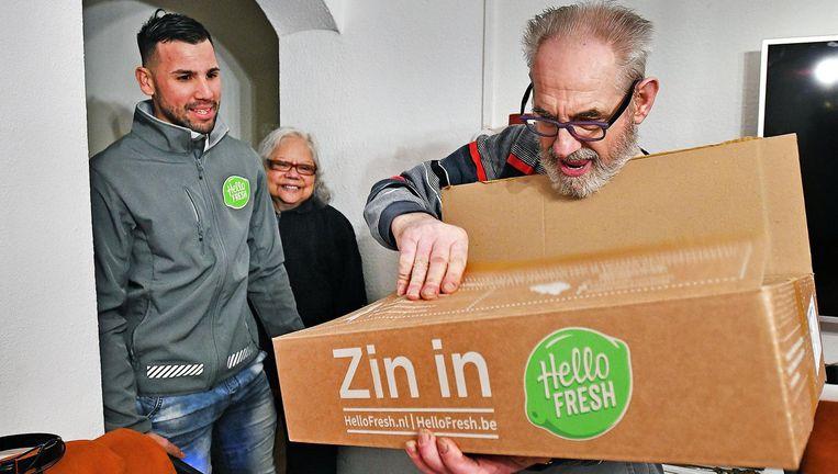 Een bezorger van HelloFresh arriveert woensdag met een maaltijdbox bij een echtpaar Beeld Guus Dubbelman / de Volkskrant