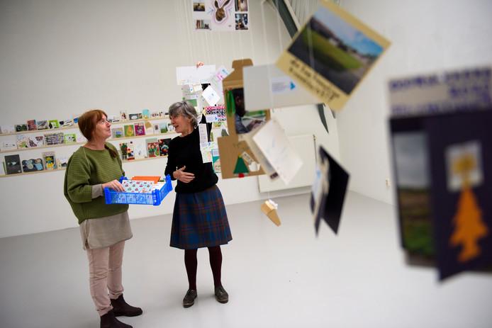 Cultuurnomaden Agnes van de Kerkhof (links) en Mini Smulders hielden de afgelopen maanden mobiele workshops nieuwjaarskaarten maken.