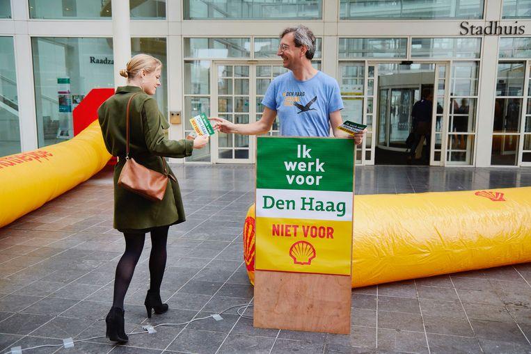 Op 1 september werd bij het Haagse stadhuis nog geprotesteerd tegen de invloed van Shell op de lokale energietransitie.  Beeld Pierre Crom