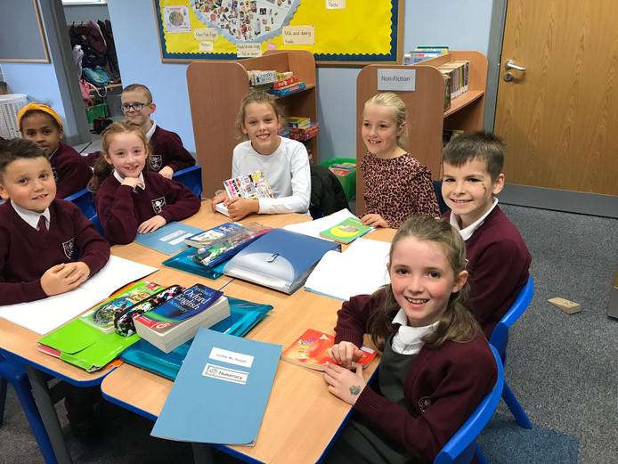 Leerlingen van Bakelaar volgen lessen op de basisschool in Lurgan, Noord Ierland; het meisje in de witte trui is  Lisa van Bussel met rechts naast haar Robin Hogen Esch