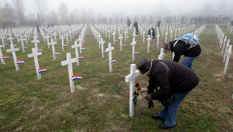 Nabestaanden leggen bloemen op een oorlogskerkhof in Vukovar.