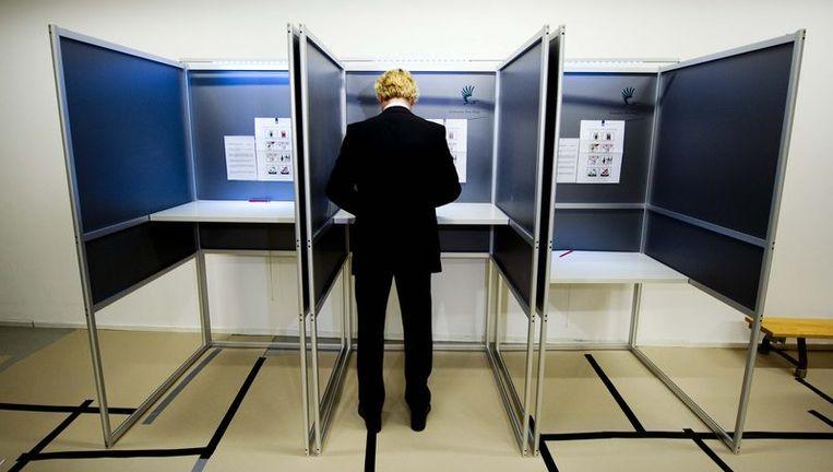 PVV-leider Geert Wilders brengt woensdag op de basisschool De Waterland in Den Haag zijn stem uit voor de Provinciale Statenverkiezingen. Beeld null