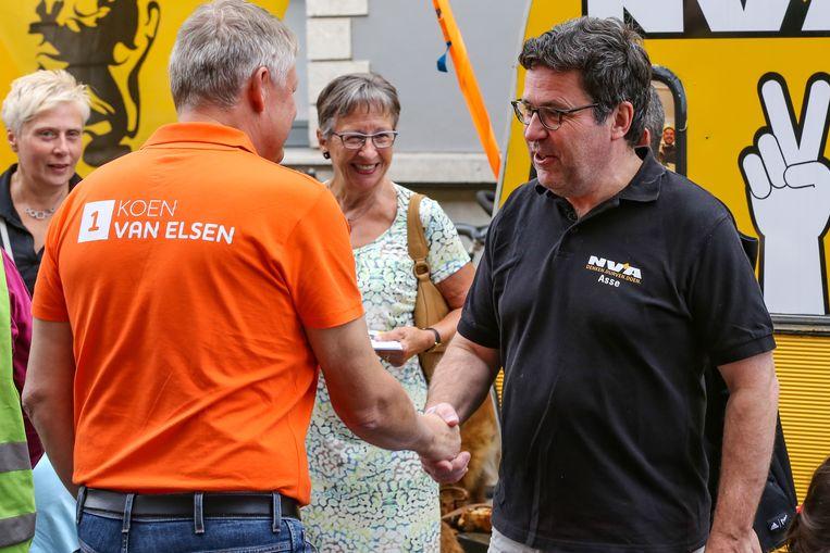 Een beeld uit verkiezingstijd: burgemeester Koen Van Elsen (links) schudt zijn tegenstrever Peter Verbiest de hand.