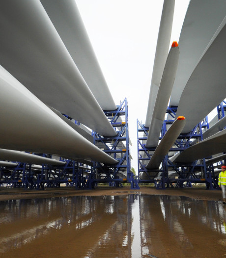 Stukken windmolens wachten in Vlissingen op transport: rotorbladen van ruim 80 meter maken indruk
