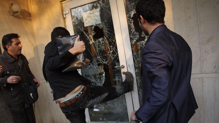 Iraanse betogers bestormden in november 2011 de Britse ambassade in Teheran. Beeld afp