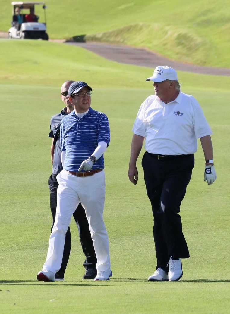 President Trump golft in februari met de Japanse premier Abe op zijn golfclub Trump International in West-Palm Beach. Beeld AP