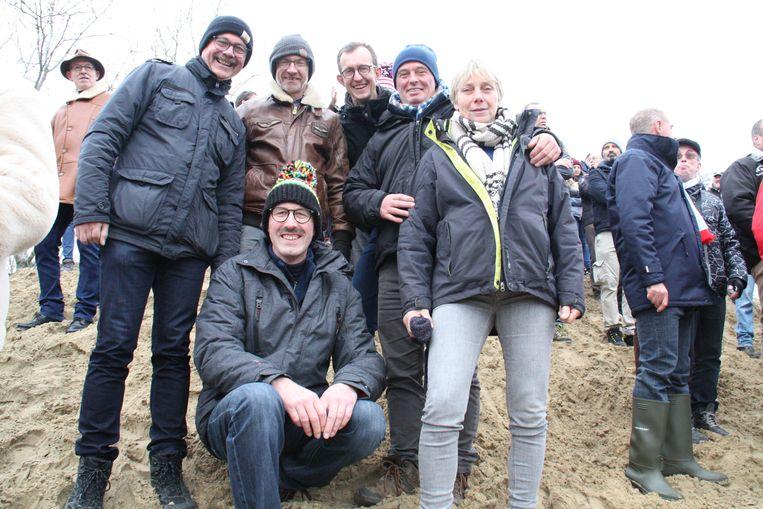 Lieven Vandenheede (hurkend) met zijn vrienden Filip, Katrien, Eddy, Ignace en Peter.