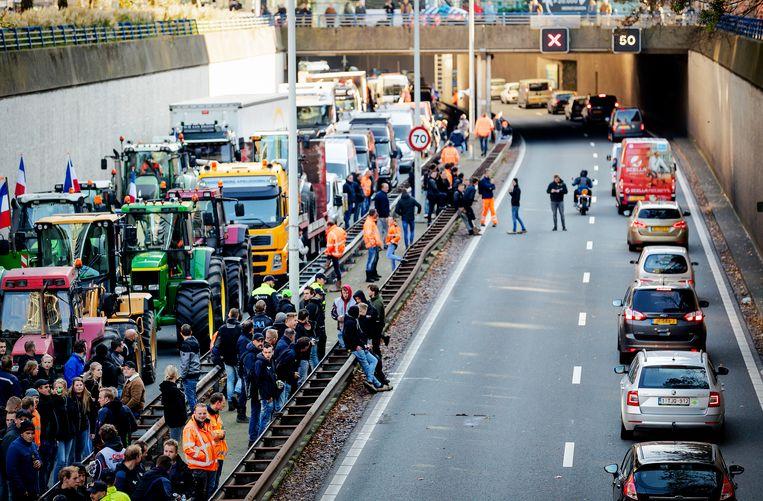 Demonstranten keren terug naar hun voertuigen op de A12 na het protest op het Malieveld van de bouwsector.  Beeld ANP