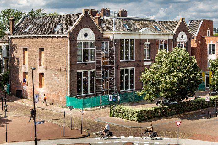De voormalige Houtmarktschool in het centrum van Deventer. Het gebouw ligt aan de voet van de Bergkerk en is nog altijd onafgebouwd.