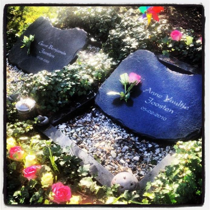 De grafjes van Guus Benjamin en Anne Juultje liggen naast elkaar op de Willemstadse begraafplaats.