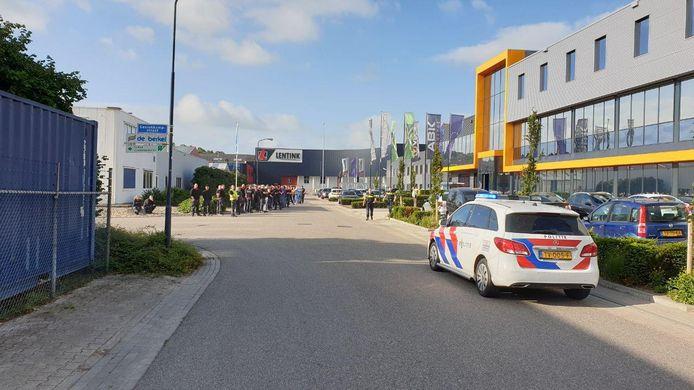 Personeel staat buiten na een brandmelding aan de Gesinkkampstraat in Varsseveld.