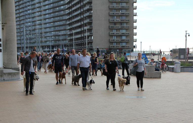 Charlotte De Backer voerde met Jong VLD actie om honden toe te laten op het strand.
