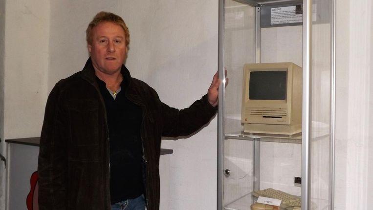 Voorzitter Geert Roggeman bij de nieuwe aanwinst: de Macintosh SE.