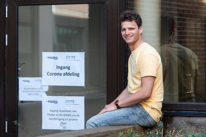 Mike Roovers is nu zijn café Proost in Zevenbergen door de coronacrisis gesloten is, vrijwilliger bij Amphia Langendijk in Breda. 'Ik sjouw heel wat af, het is pittig.'