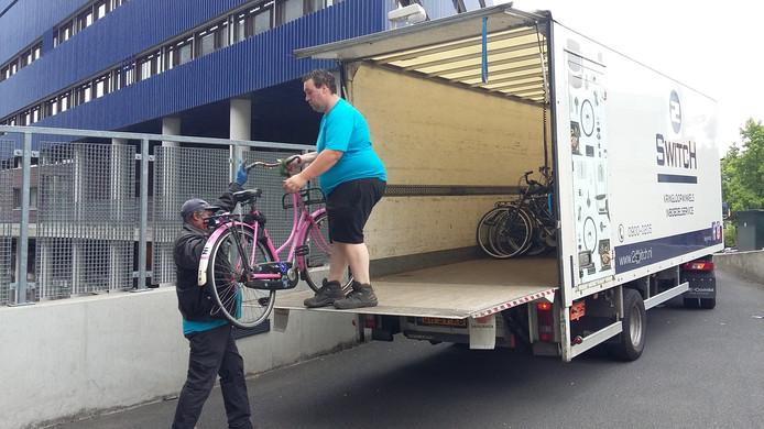 Medewerkers van de AFAC bij het ruimen van de fietsen