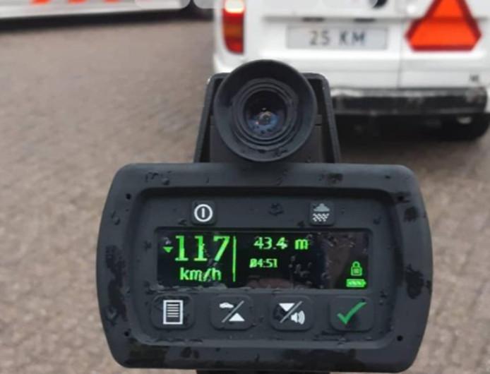 Zijn auto mocht maar 25 kilometer per uur, maar de jongen haalde een snelheid van 117 per uur.