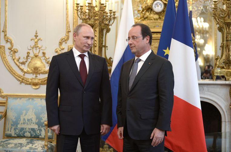 President Hollande ontmoette zijn Russische collega Poetin gisteren in het Elysee Palace in Parijs. Beeld ap