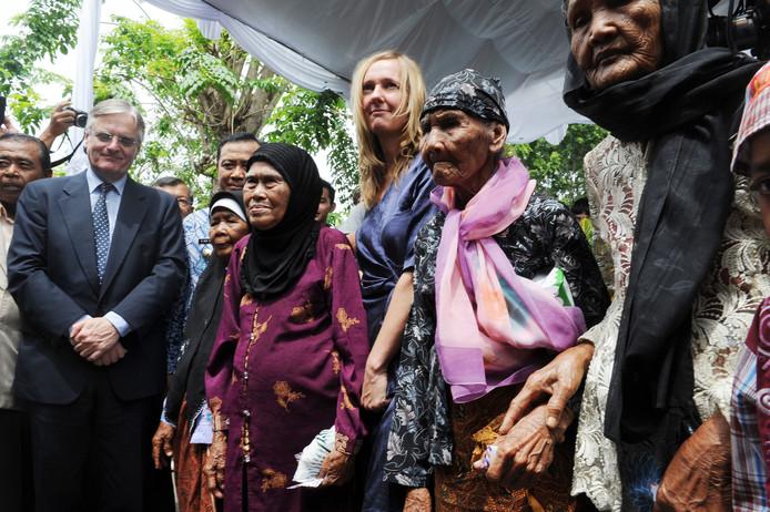 De Nederlandse ambassadeur in Jakarta, Tjeerd de Zwaan (links) biedt in 2011 namens Nederland excuses aan voor het bloedbad dat Nederlandse militairen in 1947 in het dorpje Rawagede op Java aanrichtten. In het midden advocaat Liesbeth Zegveld.