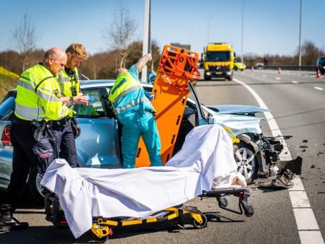 Twee auto's op elkaar gebotst op A50 Eindhoven, passagier breekt heup