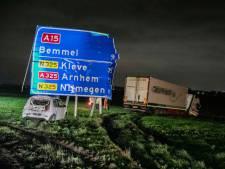 Twee ongelukken op A15 bij Slijk-Ewijk: auto raakt total loss, twee vrachtwagens beschadigd