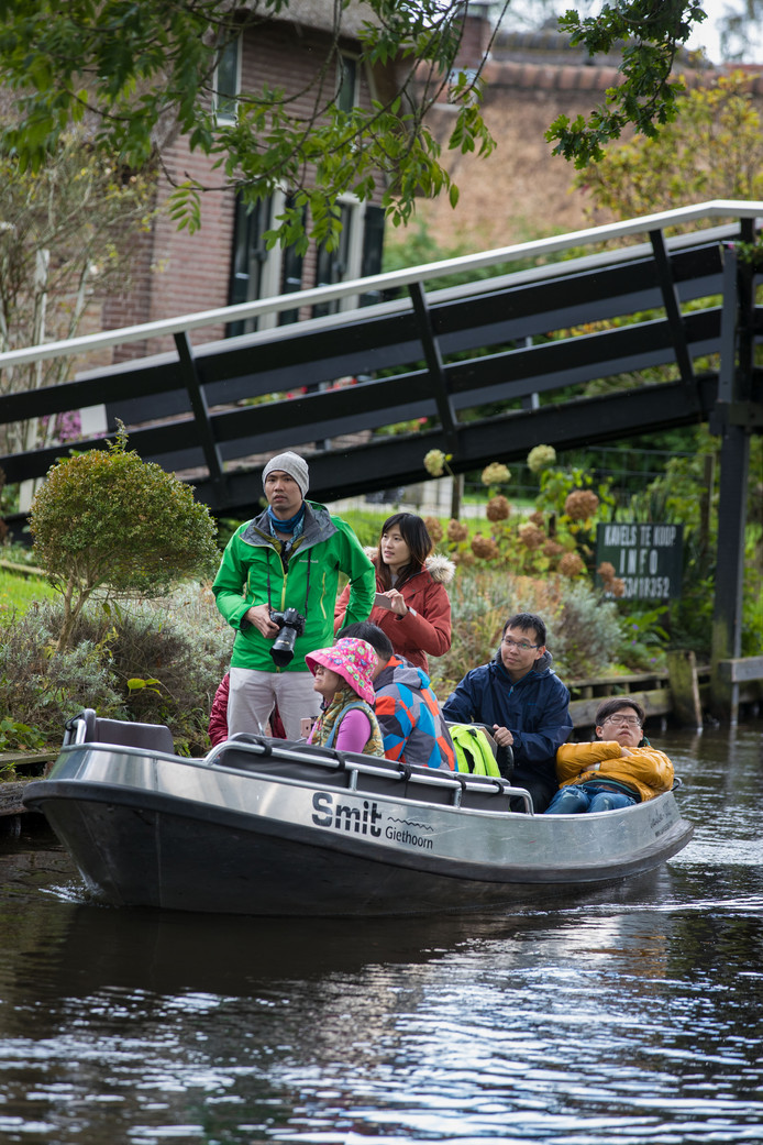 Een bootje met Chinezen, inmiddels een normaal beeld in Giethoorn.
