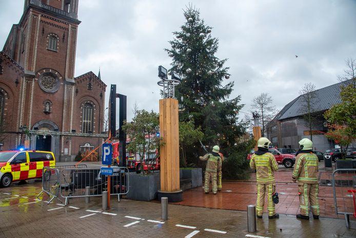 De kerstboom op de Markt van Wetteren werd beveiligd.