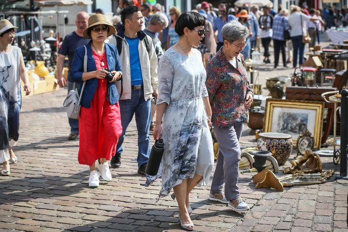 Een bekend zicht de laatste jaren: toeristen uit Azië kuieren langs de antiekmarkt.