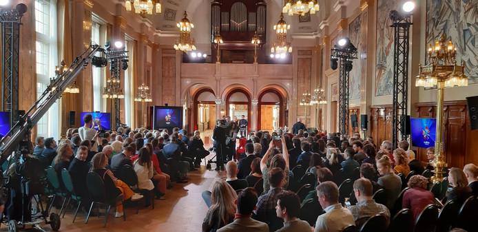 Het is druk in het Rotterdamse stadhuis bij de officiële aftrap van het Eurovisie Songfestival.