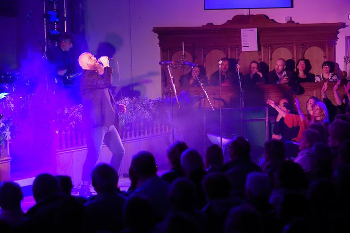 B!RTH in de Willemstadse Koepelkerk in 2017. Berry den Hollander zingt hier 'Angels'.