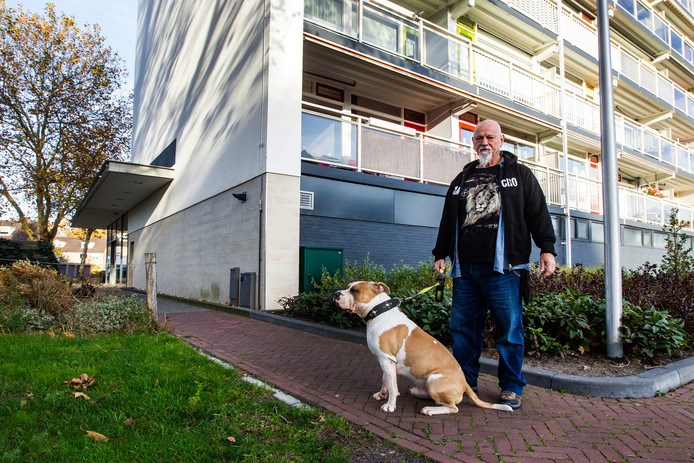 Willem van de Donk voor de flat waar hij woont.