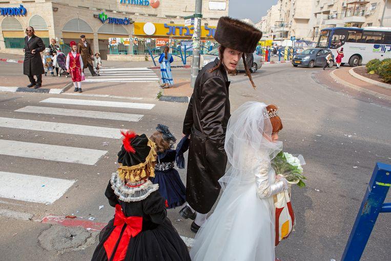 Tijdens het joodse feest Poerim gaan de mensen verkleed over straat. Beeld Geert van Kesteren