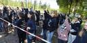 Bij de varkensstal in Boxtel scanderen actievoerders leuzen.